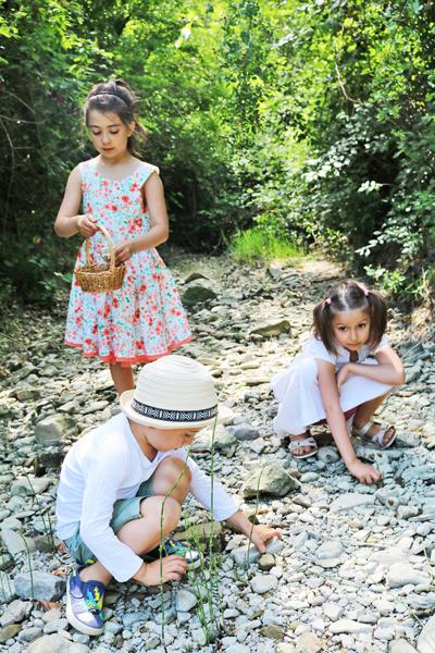 bambini-raccolgono-sassolini, kinder-sammeln-steine-am-fluss